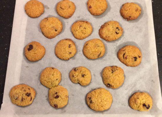 Laat je cookies afkoelen, naast de bakplaat.