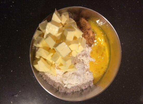 Snij de boter in blokjes en voeg 3/4 van het ei toe.
