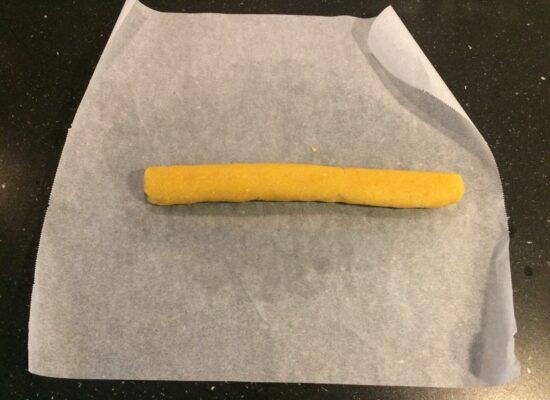 Rol de Amandelspijs tot een lange staaf van ongeveer 30 cm.
