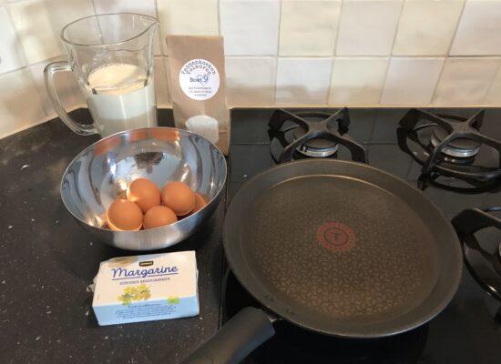 Doe de bakmix, de eieren en de melk in een kom.
