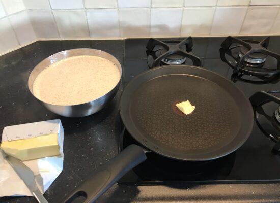 Doe een klontje boter of scheutje olie in de pan en verhit de pan.