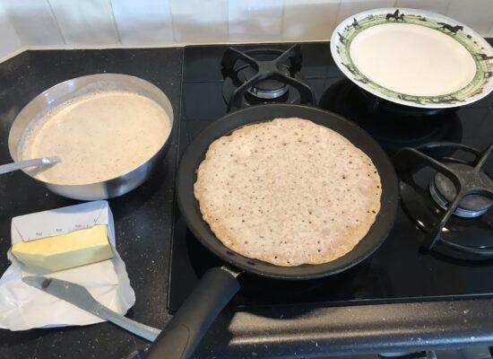 Draai met de pan in een ronde beweging totdat het beslag over de hele pan verdeeld is.