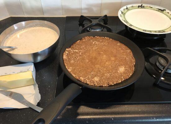 en keer hem dan om. Haal hem uit de pan als hij los komt van de pan. Nu is de pannenkoek het lekkerste!