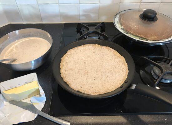 Houdt de pannenkoeken warm op een bord op een pan heet water en dek ze af met een deksel op de pannenkoeken legt.