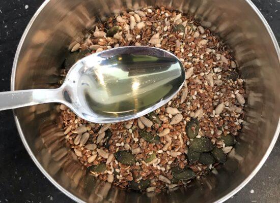 Voeg 2 eetlepels zonnebloemolie, of andere lekkere olie zoals knoflookolie, toe aan de bakmix.