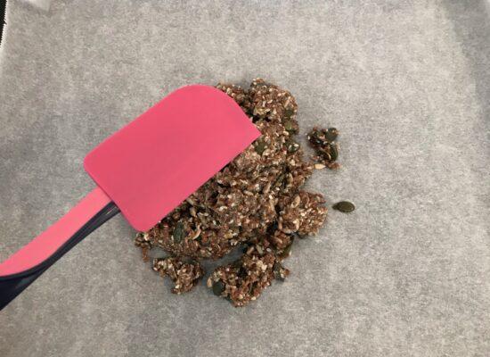 Smeer de zadenpasta uit over de bakplaat, zo dun mogelijk.