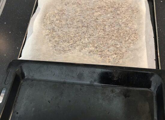 En draai de crackers om zodat ze nu op het rooster liggen.