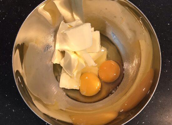 Mix de eieren en de roomboter tot een romige massa.