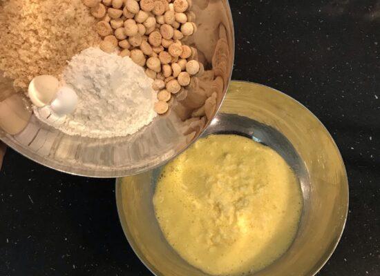 Voeg de bakmix bij het ei/boter mengsel.
