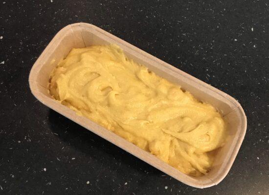 Schep je beslag in je bakblik en bak de cake in de voorverwarmde oven.