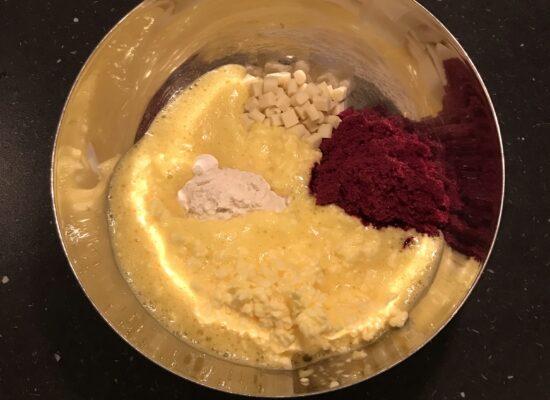 Voeg de bakmix bij het boter mengsel.